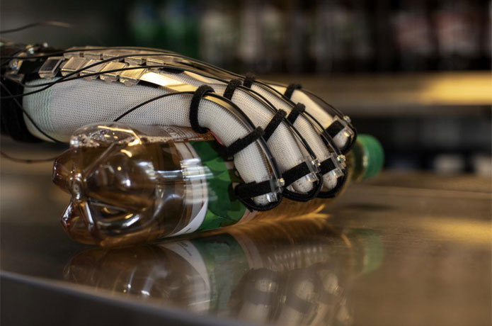 <p>Scientists from EPFL and ETH Zurich have developed an ultra-light glove – weighing less than 8 grams per finger– that